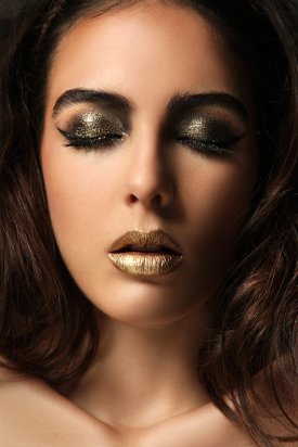 dark%20golden%20eyeshadow%20and%20golden%20lipstick%20for%20this%20gorgeous%20gold%20makeup%20look