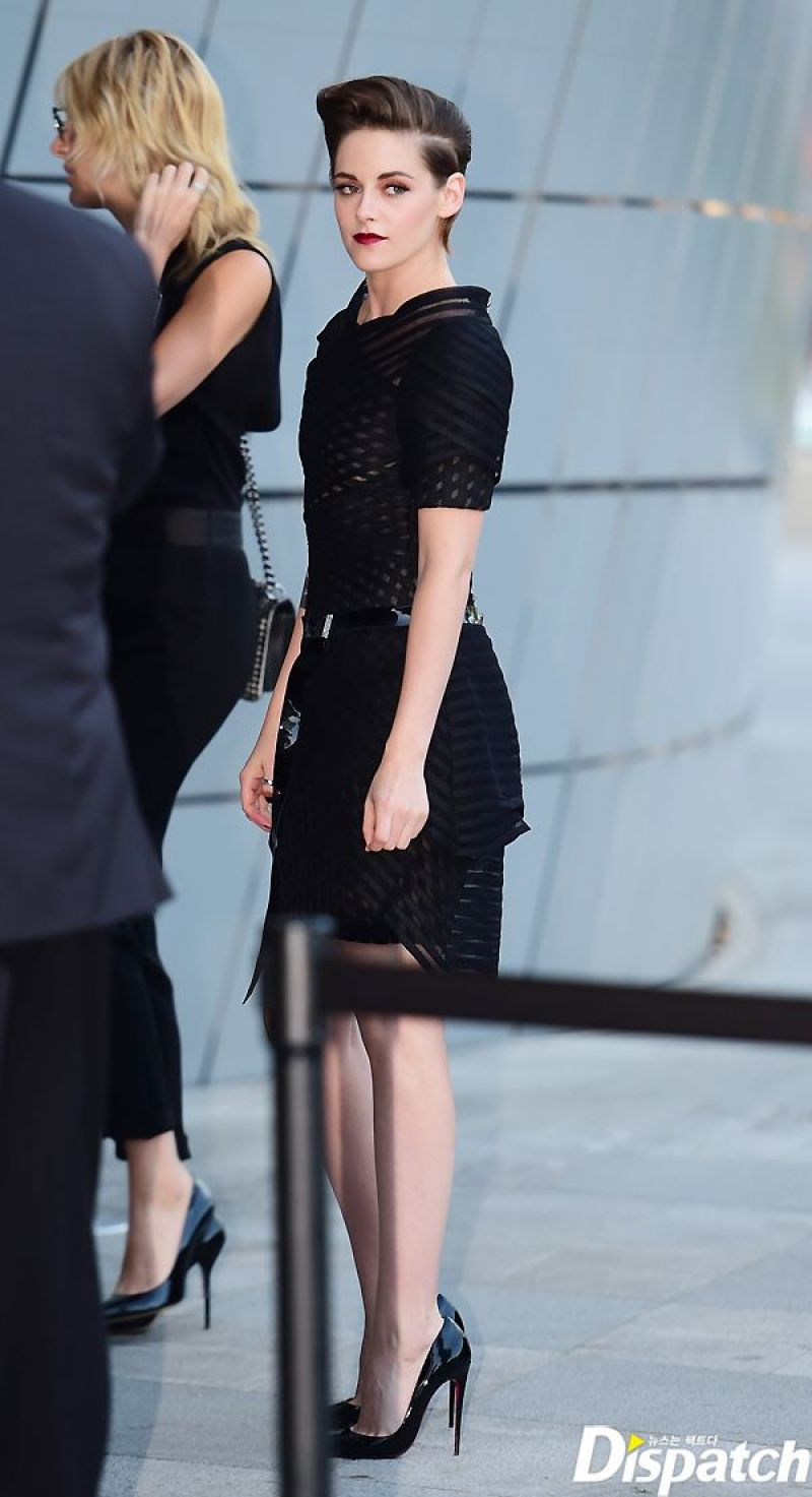 Kristen Stewart At Chanel Cruise 2015 2016 Fashion Show In Seoul 3 Strutting In Style Nancy