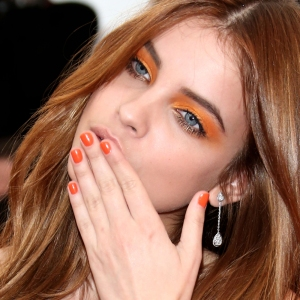 Model-Barbara-Palvin-matched-her-highlighter-orange-shadow-her