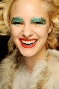 green-gold-glitter-eye-make-up-giles